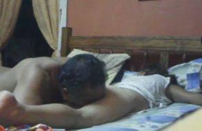 imagen Viejo cachondo chupa el culo de su nieta mientras duerme y se la coge