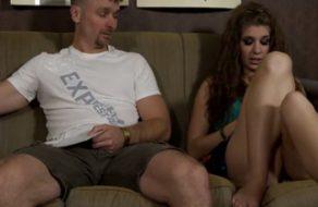 imagen Hija gordita seduce a su padre para que la folle todos los días