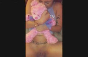 imagen Se abraza con fuerza al peluche mientras su padre la viola