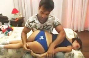 imagen Padre azota el culo de su hija y luego la folla