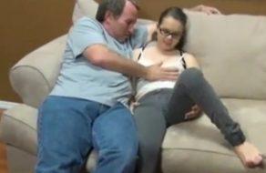 imagen Padre gordo y viejo convence a su hija para follar