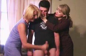 imagen Madre masturba a su hijo con la ayuda de la tía