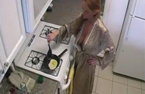 imagen Madre MILF quiere polla de su hijo para desayunar