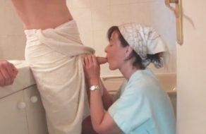 imagen Madre francesa seduce a su hijo para que la folle el culo