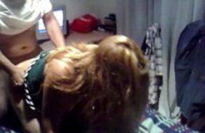 imagen Mujer ninfómana follada por el amigo mientras se la chupa a su marido