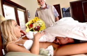 imagen Lamiendo el coño de mama, mientras papa la regala flores ^.^