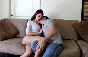 imagen Zorra culona le enseña las braguitas nuevas a su hermano