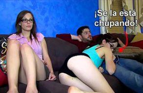 imagen Chupa la verga de su hermano ¡con la madre sentada al lado!