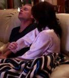 imagen Madre pajea a su hijo con el padre dormido al lado
