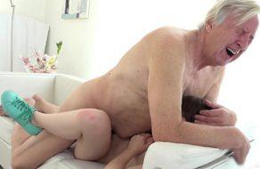imagen Abuelo se viene dentro del coño de su nieta