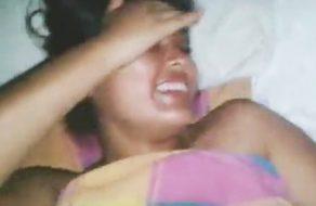imagen Tímida putita con el coño peludo grabada mientras la cogen