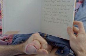 imagen Se pajea con el diario de la guarra de su hermana y se la consigue follar