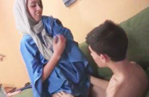 imagen Joven musulmana se quita el velo y muestra lo puta que es