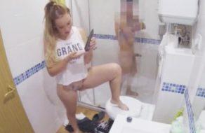 imagen Española se depila el coño delante de su compañero de piso