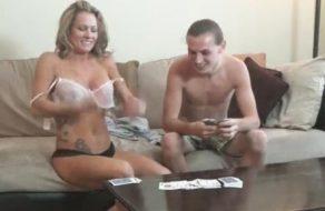 imagen Madre e hijo juegan un Strip Poker y acaban follando como animales