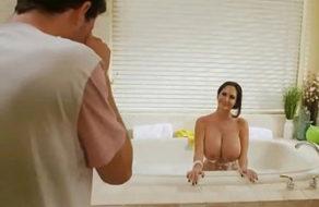 imagen Sorpresón al encontrar a la tetona de su madre desnuda en la bañera