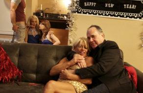 imagen Celebra el año nuevo cogiendo con sus dos hermanitas (incesto)