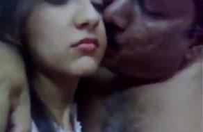 imagen Jovencita llora mientras su padre la viola como un mono loco