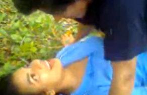 imagen Dominicana cogida en el campo mientras la amiga los graba