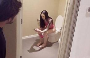 imagen Espía a su hermana por toda la casa y al final se la folla (incesto)
