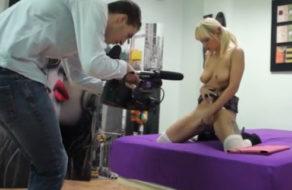imagen Camarógrafo novato es seducido y follado por la actriz porno (español)