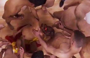 imagen Española le saca la leche a 15 pollas en un masivo bukkake