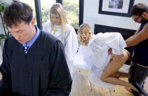 imagen Folla a su hermana mientras rezan una bonita oración a Dios