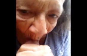 imagen Abuela ninfómana le saca la leche a su nieto (incesto)
