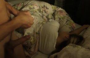 imagen Padre vicioso se mete en la cama de su hija y la folla sin despertarla