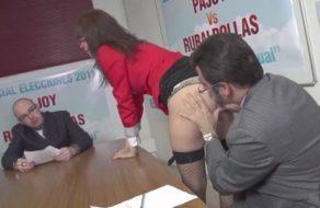 imagen Rajoy y otro político español follan en su despedida del gobierno