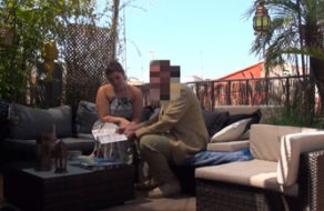 imagen Gordita mamando la verga del vendedor ambulante (español)