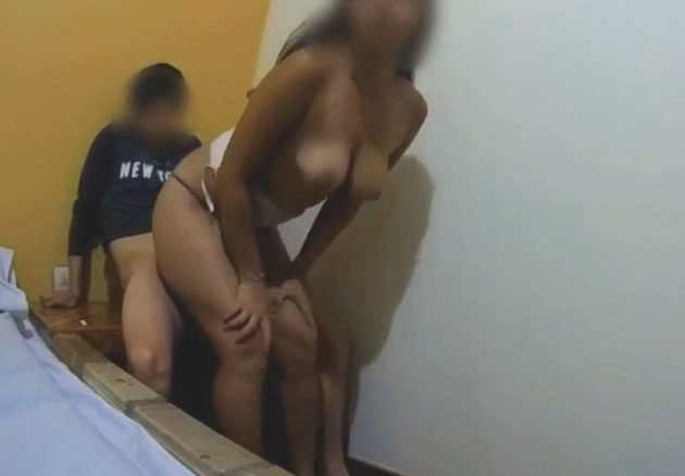 tía cachonda se folla a su sobrino en un hotel (incesto