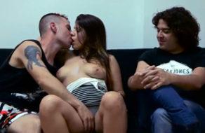 imagen Española vendida por su novio para que otro tío se la folle delante de él