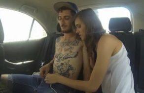 imagen Actriz española se pone a follar con su compañero en el coche de la productora