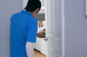 imagen Milf americana descubre a su hijo espiándola y se lo folla