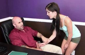 imagen Inicia a la putita de su hija en el sexo (incesto)