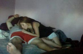 imagen Pendeja se aburre de ver la TV y le come la verga al novio