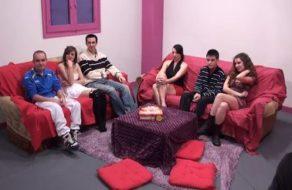 imagen Parejas españolas hacen una orgía follando según las reglas de un juego de mesa