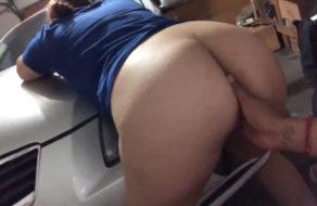 imagen Violando a la criada sobre el capo del vehículo