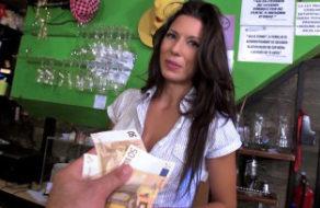 imagen Camarera española follando por dinero con un cliente del bar