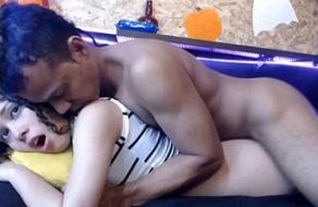 imagen Folla a su joven hija mientras está en directo por webcam