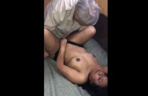 imagen Anciano celebra la Navidad follándose a una prostituta mexicana sin condón