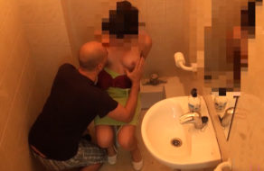 imagen Grabada con cámara oculta follando en el baño del bar (español)