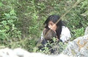 imagen Pareja de estudiantes pillados mientras echan un polvo en medio del bosque