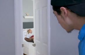 imagen Su madre se aprovecha de su gran polla cuando le pilla espiándola