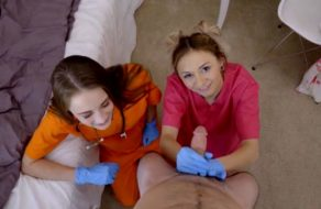 imagen Estudiante de enfermería le cura la verga a su hermano (incesto)
